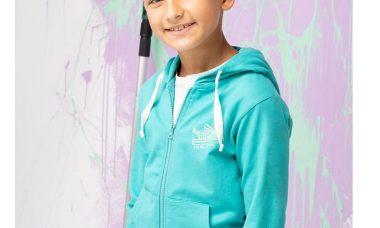 chłopiec w fajnej bluzie